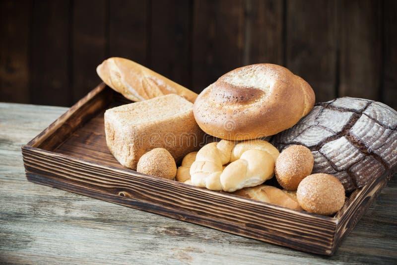 Diversos tipos de pan en viejo fondo de madera foto de archivo libre de regalías