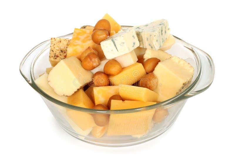 Diversos tipos de queso en bol de vidrio imagenes de archivo
