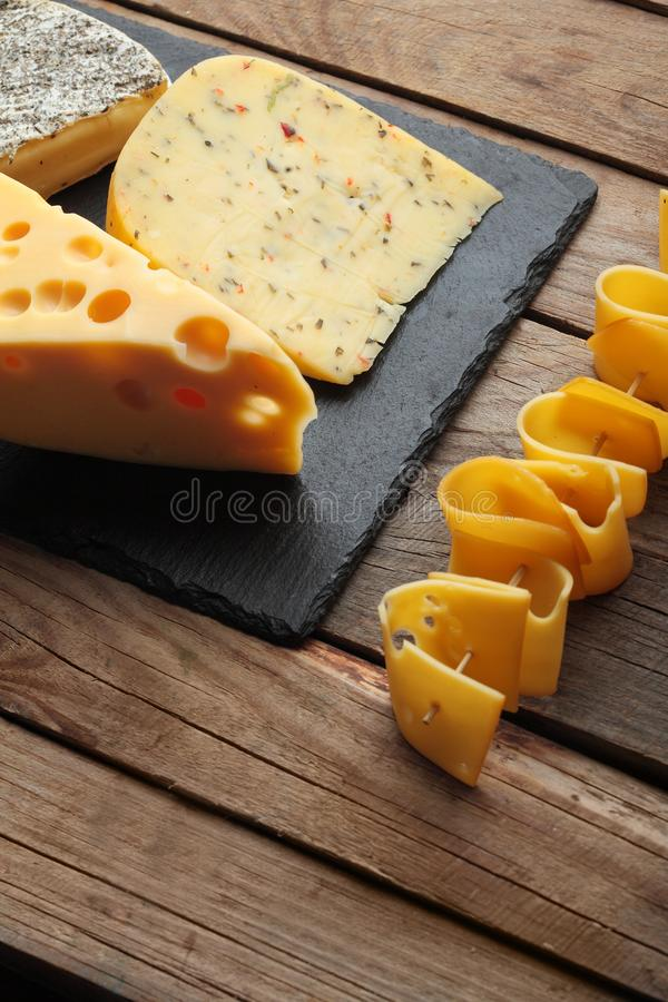 Diversos tipos de queso en la placa de la pizarra Copie el espacio Visión superior foto de archivo libre de regalías