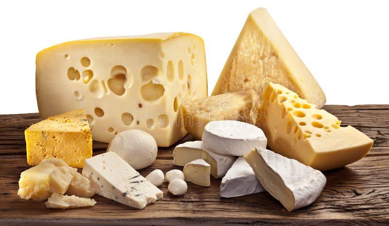 Diversos tipos de queso sobre la tabla de madera vieja. fotos de archivo