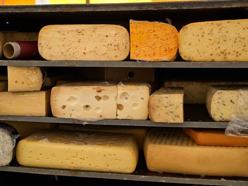 Diversos tipos de quesos fotos de archivo