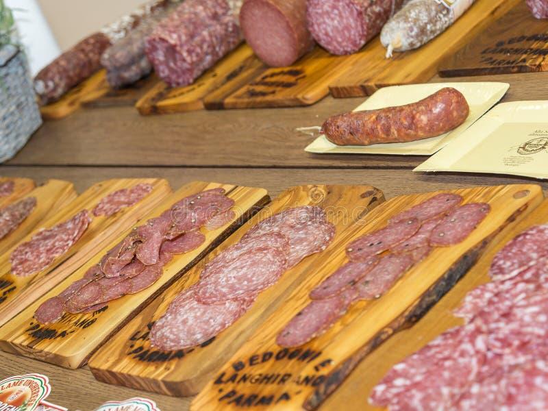 Diversos tipos de salami cortado italiano en las tajaderas de madera fotos de archivo libres de regalías