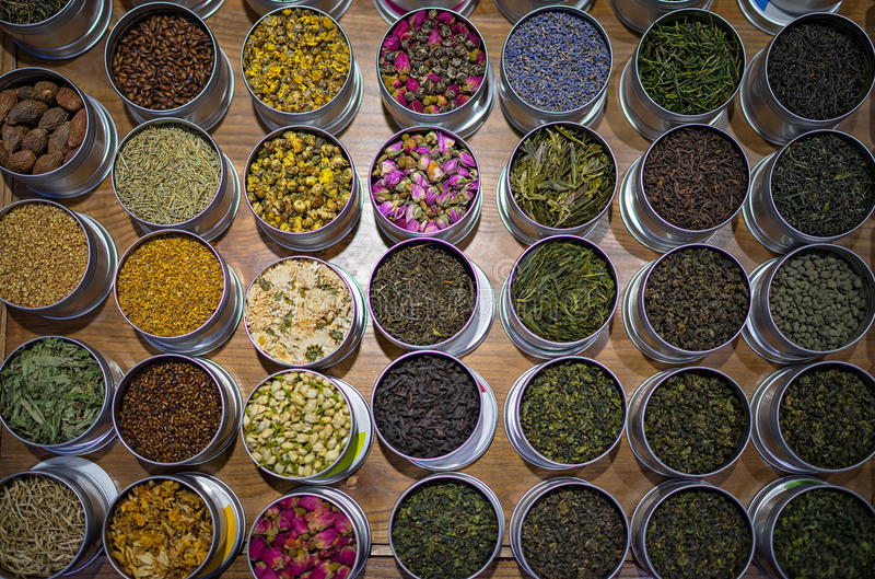Diversos tipos de té en envases redondos foto de archivo