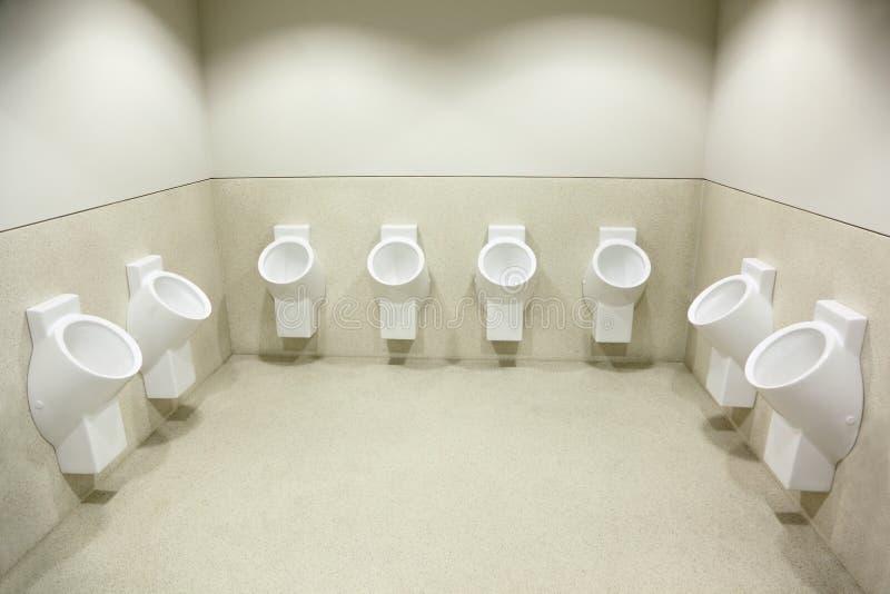 Diversos urinals brancos. limpe o toalete foto de stock
