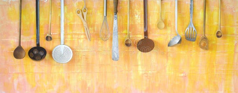 Diversos utensilios de la cocina, cocinando concepto imagenes de archivo
