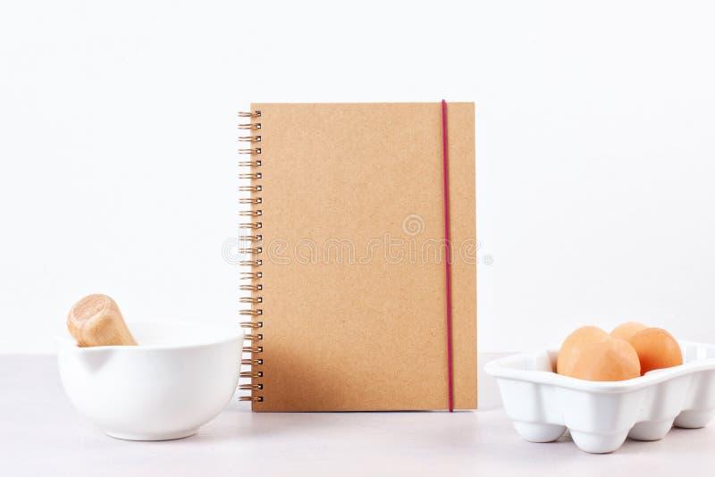 Diversos utensilios de la cocina Libro de cocina de la receta, conce de las clases de cocina foto de archivo libre de regalías