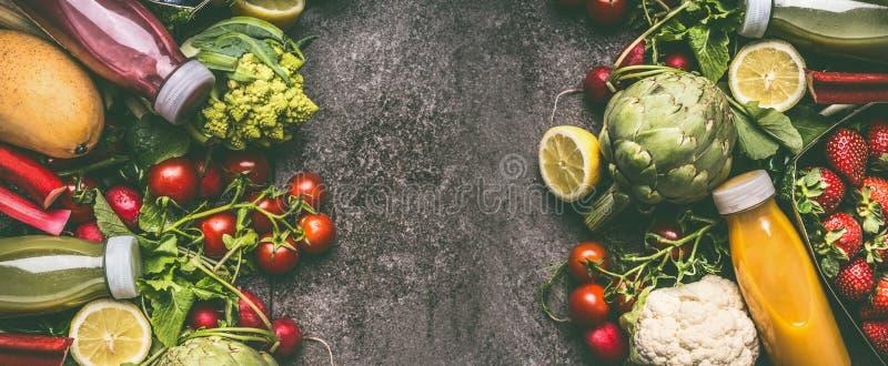 Diversos verduras, frutas y smoothie orgánicos coloridos frescos de las bayas con los ingredientes en botellas en la tabla gris d fotografía de archivo