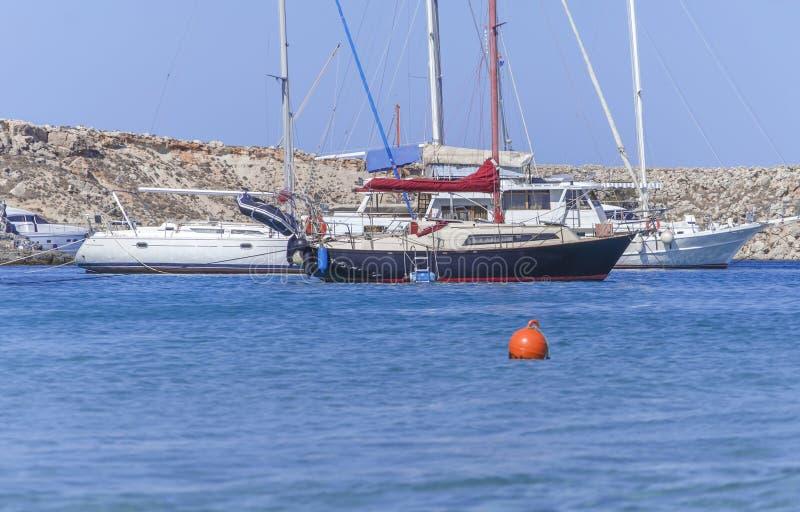 Diversos viajam de automóvel o barco náutico entrado no mar azul no dia de verão fotografia de stock