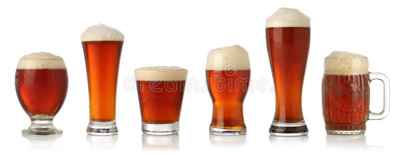 Diversos vidrios de cerveza fría fotos de archivo