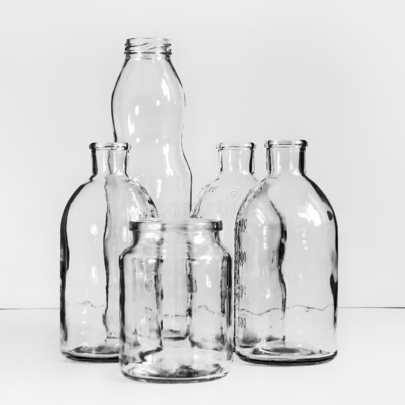 Diversos Vidro-trabalhos vazios transparentes Fundo preto e branco do vintage fotografia de stock royalty free
