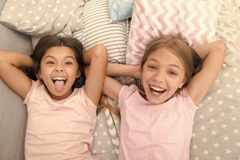 Divertendosi con il migliore amico Umore allegro allegro dei bambini divertendosi insieme Pigiama party ed amicizia sorelle fotografie stock libere da diritti