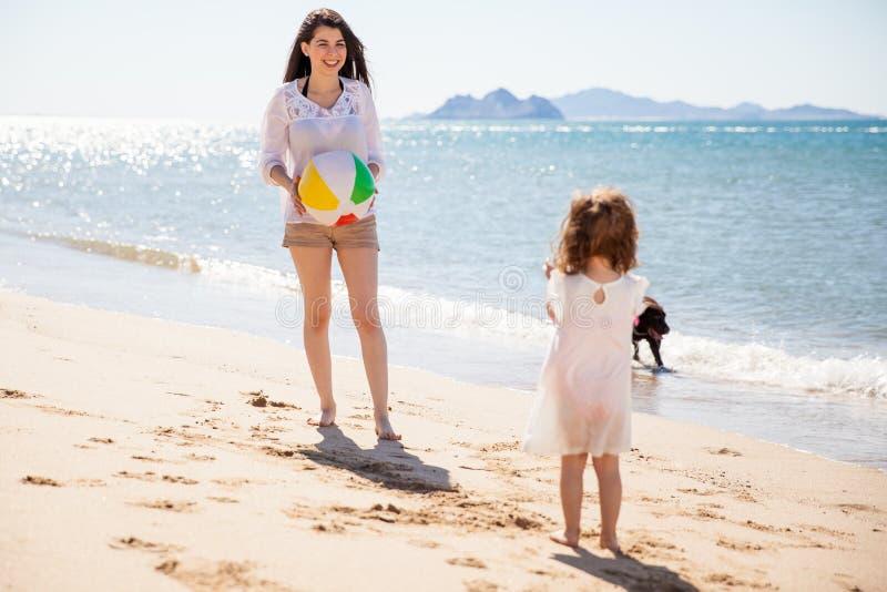 Divertendosi con un beach ball immagini stock libere da diritti