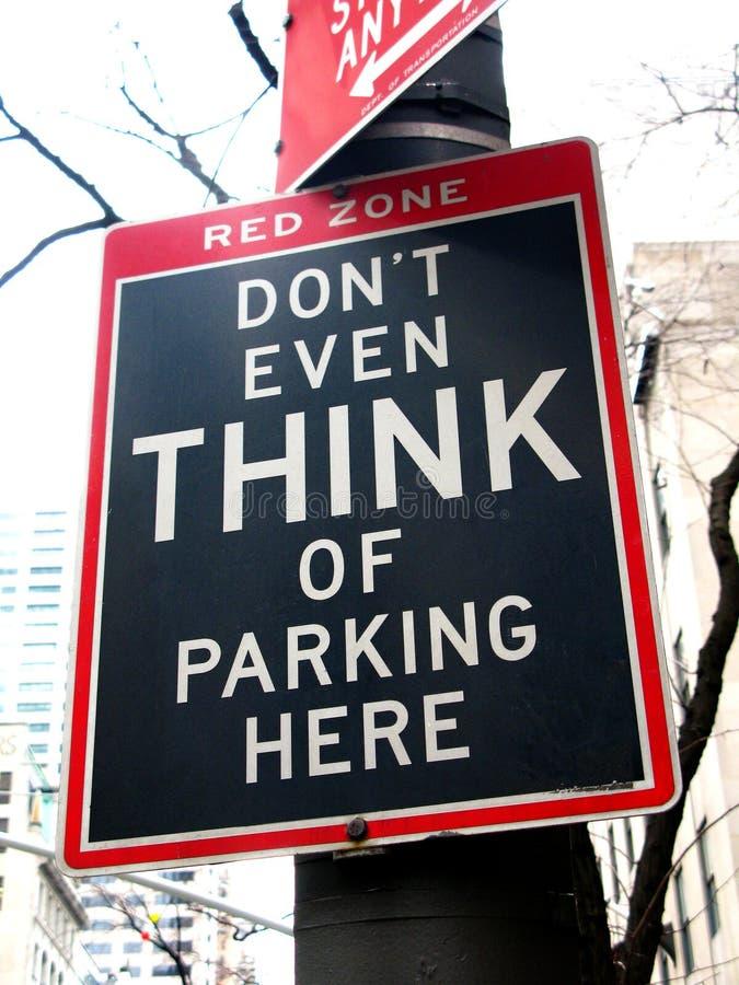 Divertente nessun segno di parcheggio: Nemmeno pensi a parcheggio qui. quinto viale fotografia stock libera da diritti