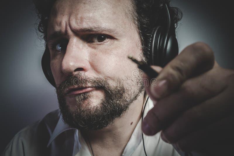 Divertente, uomo con l'espressione intensa, camicia bianca fotografie stock
