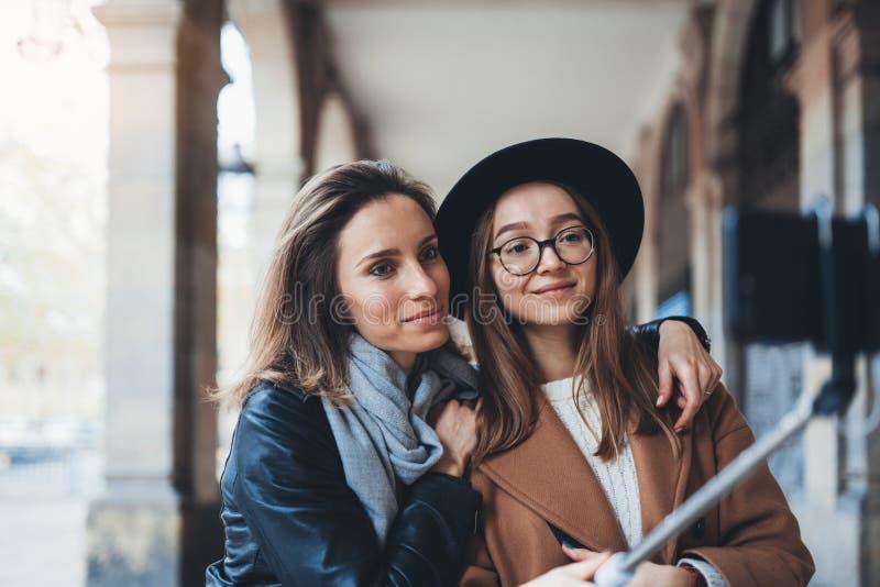 Divertenti ragazze che fanno selfie di foto su smartphone Il blogger Hug hipster viaggia a Barcellona Concetto di amicizia per le fotografie stock libere da diritti