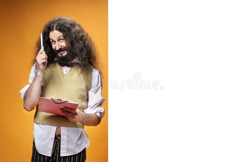 Divertido nerd posando junto a la junta comercial vacía imagen de archivo