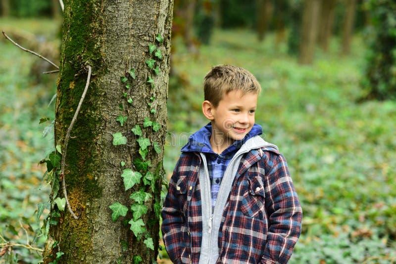 Divertido y lindo Niño divertido Pequeño juego del niño en bosque El pequeño muchacho se divierte al aire libre Siendo divertido  foto de archivo libre de regalías