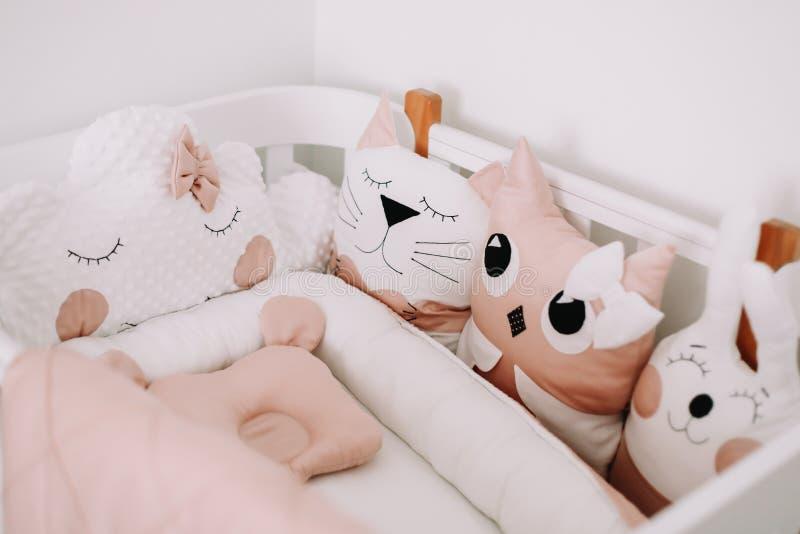 Divertidos detalles de la sala para niños. Decoración de una habitación para bebés. Interior elegante del sitio del beb? con e imagenes de archivo