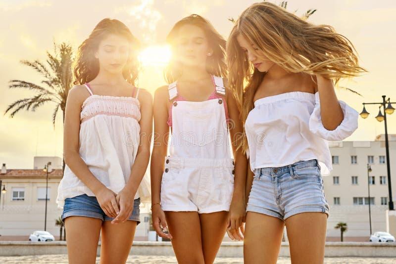 Divertimento adolescente das meninas dos melhores amigos em um por do sol da praia imagens de stock