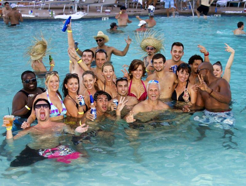 Divertimento adulto do feriado da festa na piscina do recurso foto de stock