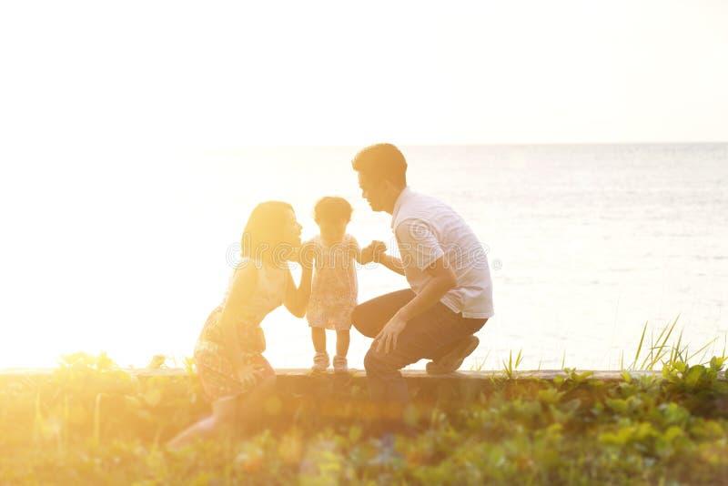 Divertimento all 39 aperto della famiglia nel tramonto alla - Alla colorazione della spiaggia ...