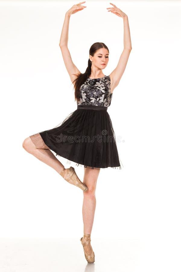 Divertimento bonito da dança da menina na câmera, levantando contra o fundo branco imagem de stock royalty free