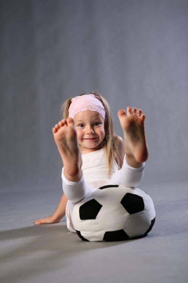 Divertimento com uma esfera de futebol imagens de stock