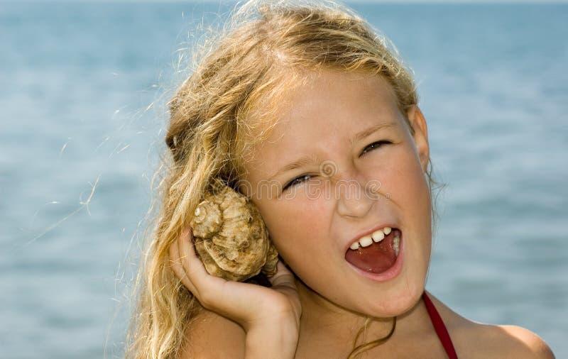 Divertimento con il seashell fotografia stock libera da diritti