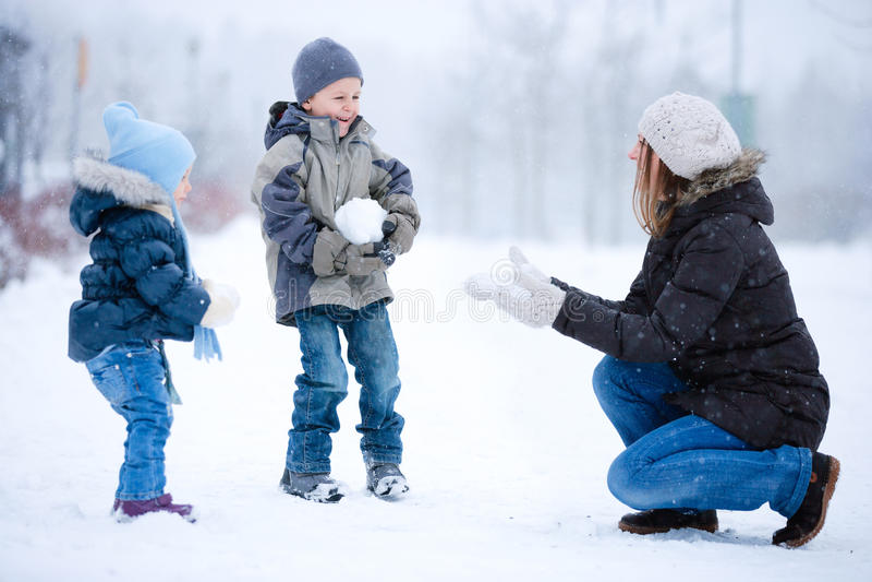 Divertimento da família ao ar livre no inverno fotografia de stock royalty free
