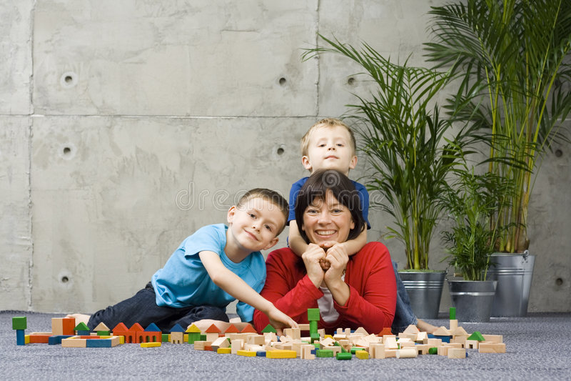 Divertimento da família com blocos de madeira imagens de stock royalty free