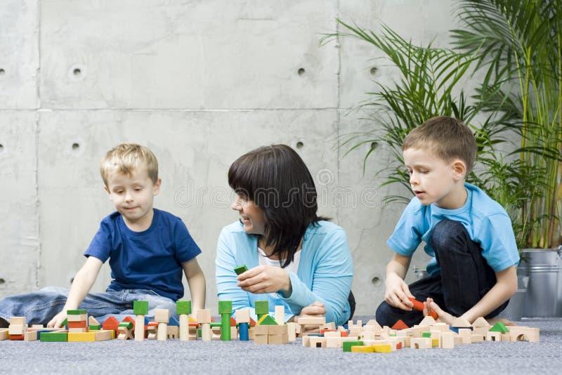 Divertimento da família com blocos de madeira fotos de stock royalty free