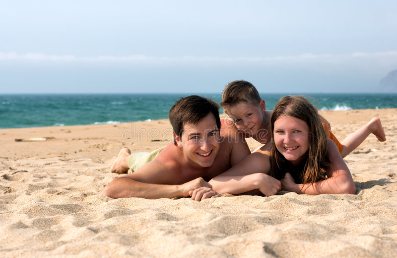 Divertimento da família na praia fotos de stock