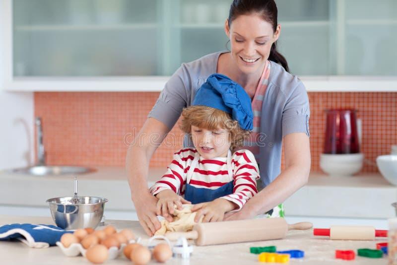 Divertimento da infância na cozinha imagem de stock royalty free