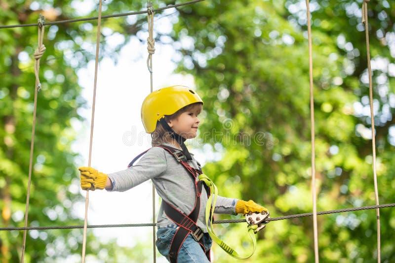 Divertimento das crian?as Capacete e equipamento de seguran?a Esporte extremo de escalada seguro com capacete O menino pequeno ap imagem de stock