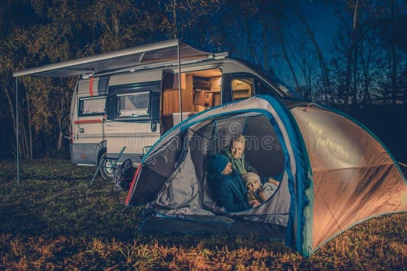 Divertimento de acampamento da família fotografia de stock