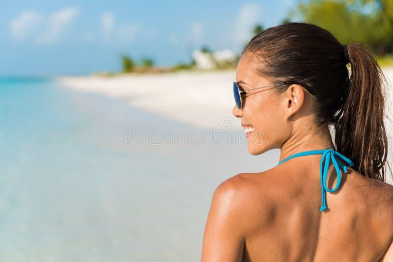 Divertimento de sorriso da menina feliz dos óculos de sol do estilo de vida da praia fotografia de stock