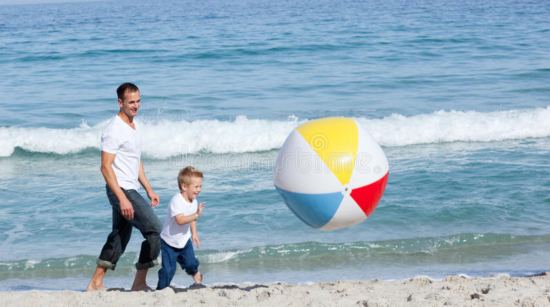 divertimento del padre che ha suo figlio immagine stock