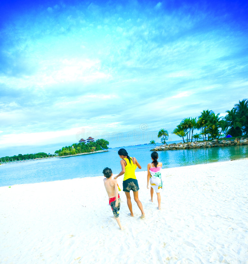 Divertimento della famiglia della spiaggia della laguna in tropici immagini stock libere da diritti