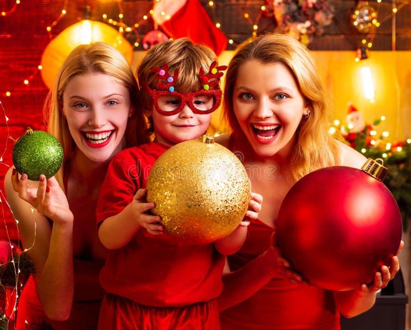 Divertimento della famiglia di Natale Festa di Natale Umore festivo dei vestiti rossi dalle donne celebrare natale con poco bambi fotografie stock