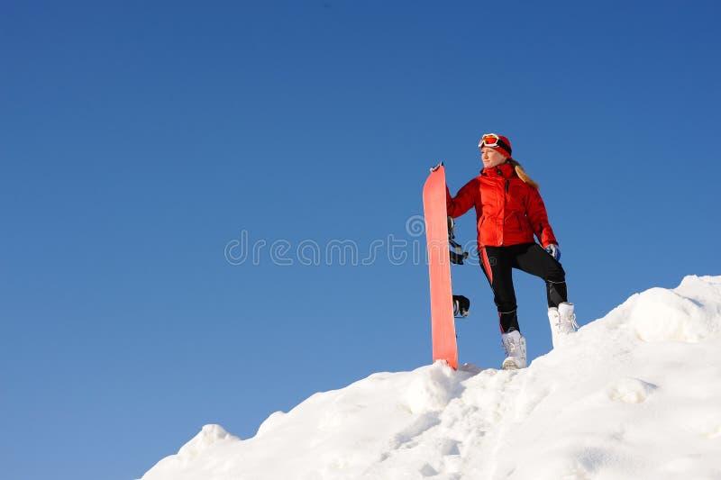 Divertimento della presa della donna sullo snowboard fotografia stock