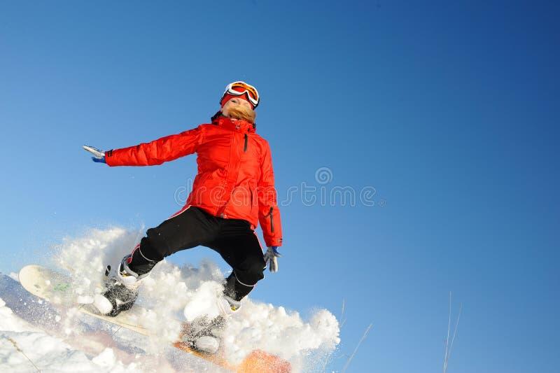 Divertimento della presa della donna sullo snowboard immagini stock