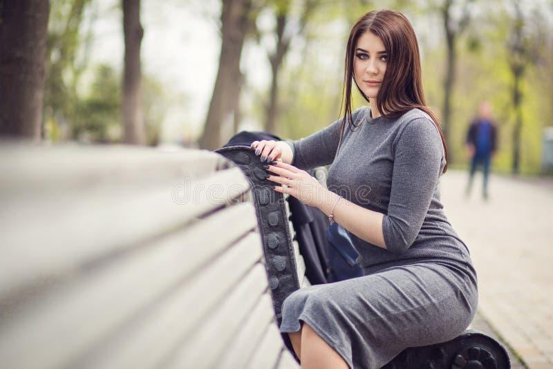 Divertimento della ragazza che posa sul banco fotografia stock libera da diritti