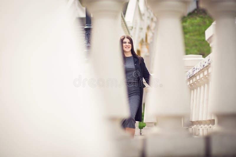 Divertimento della ragazza che posa sulle scale fotografie stock