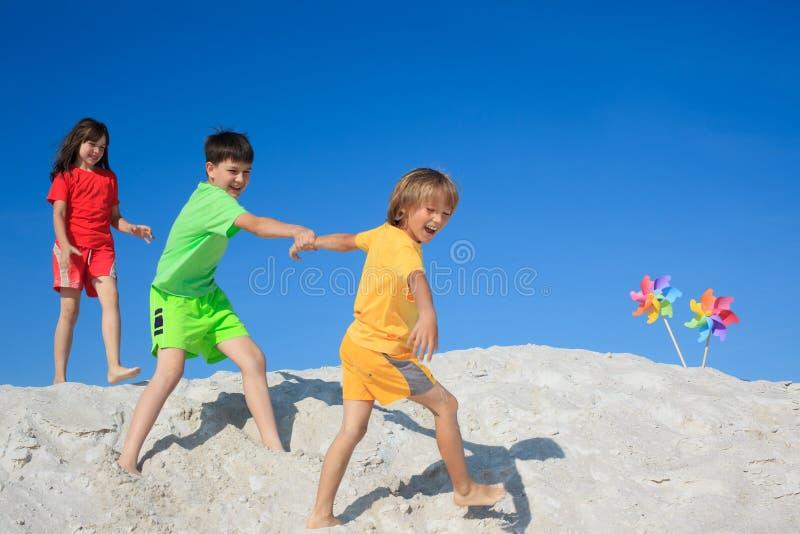 Divertimento della spiaggia dei bambini immagine stock libera da diritti