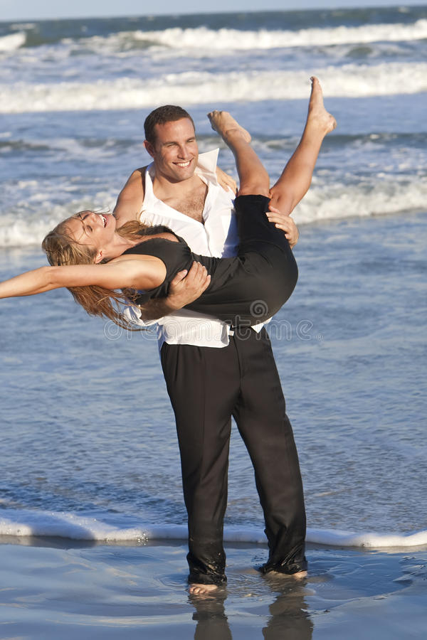 divertimento delle coppie della spiaggia che ha donna romantica dell'uomo fotografia stock