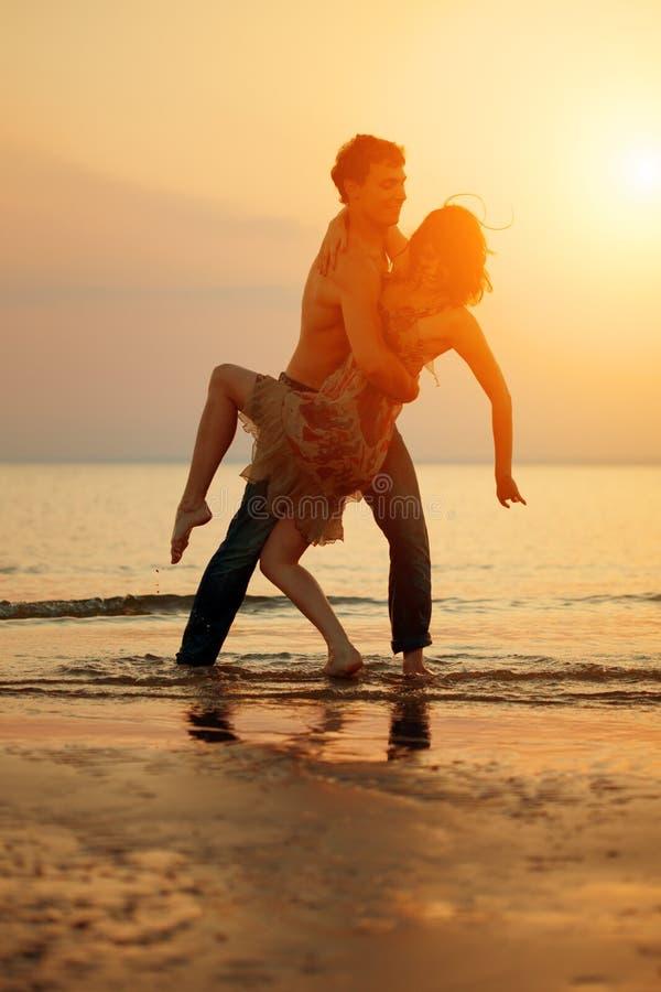 Divertimento di estate holyday sul fondo della spiaggia Coppie nell'amore in spiaggia fotografia stock