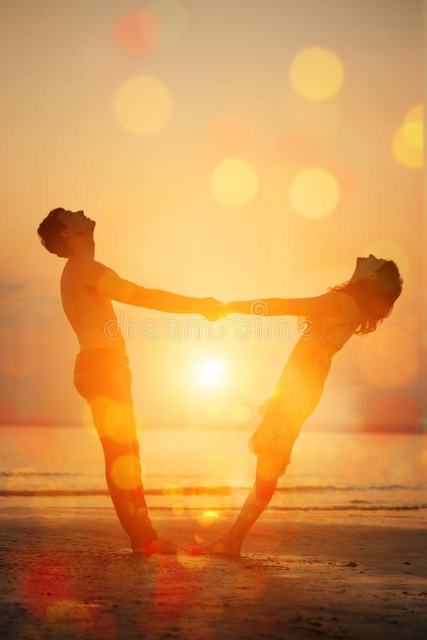 Divertimento di estate holyday sul fondo della spiaggia Una giovane coppia amorosa HU fotografia stock libera da diritti
