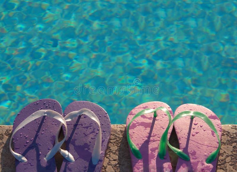 Divertimento di fine settimana di festa al lato della piscina immagine stock