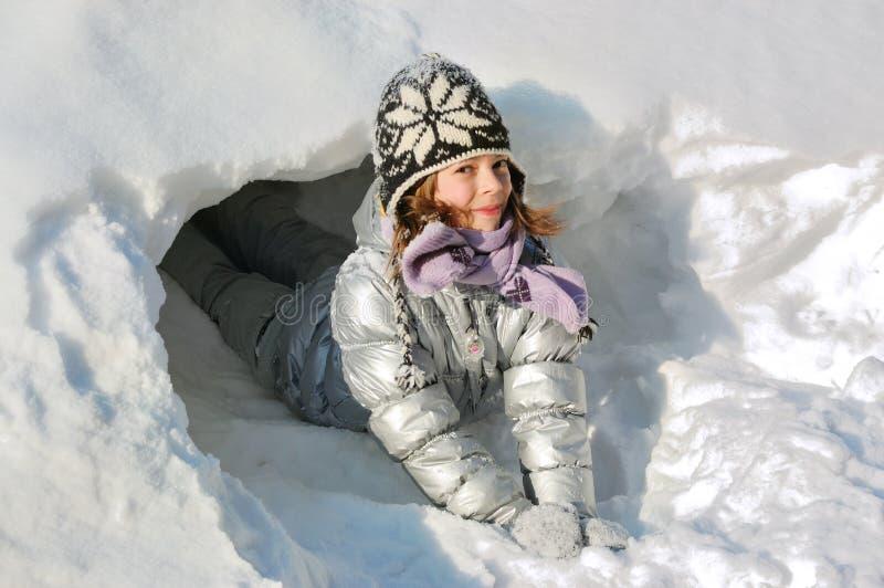 Divertimento di inverno del bambino con neve immagini stock