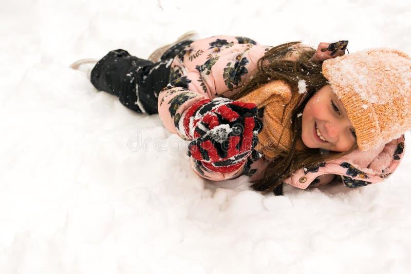 Divertimento di inverno Giocando e godendo della neve fotografie stock libere da diritti